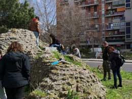 """Esercitazione di schedatura dell'Università Orientale sulle strutture murarie dei resti archeologici della c.d. """"villa romana di Scampia"""""""